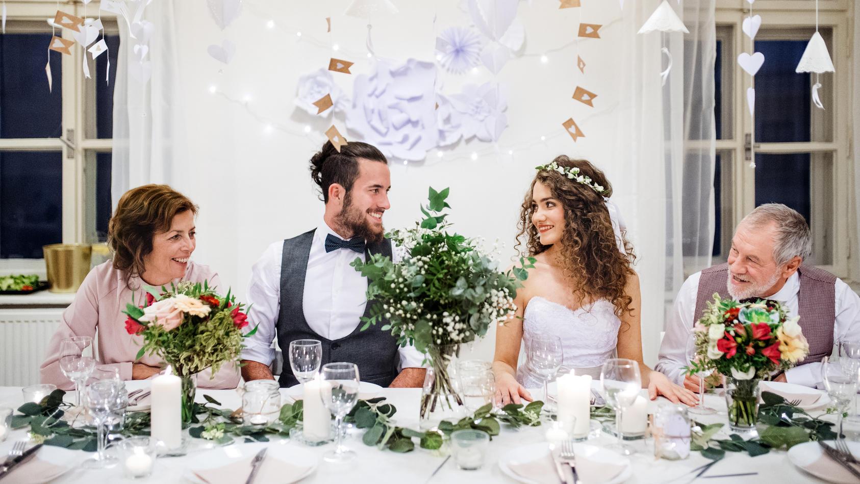 Ein schön gedeckter Tisch macht bei einer Hochzeit viel her.
