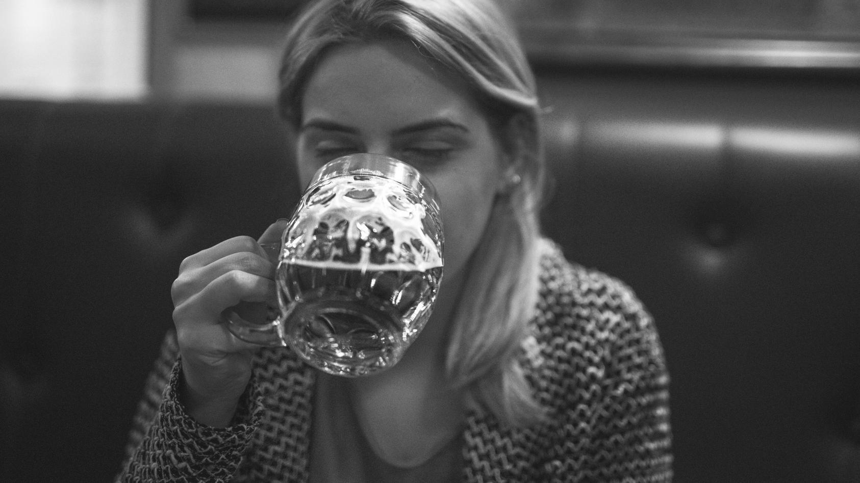 """Erschreckend: Trinkende Frauen gelten laut einer Studie als """"sexuell verfügbar""""."""