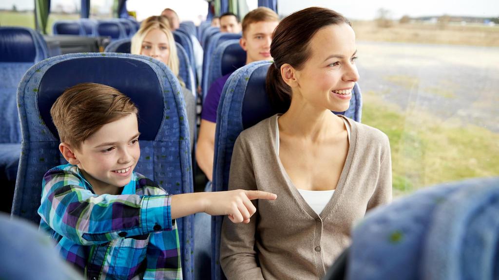Mutter und Kind sitzen im Reisebus.