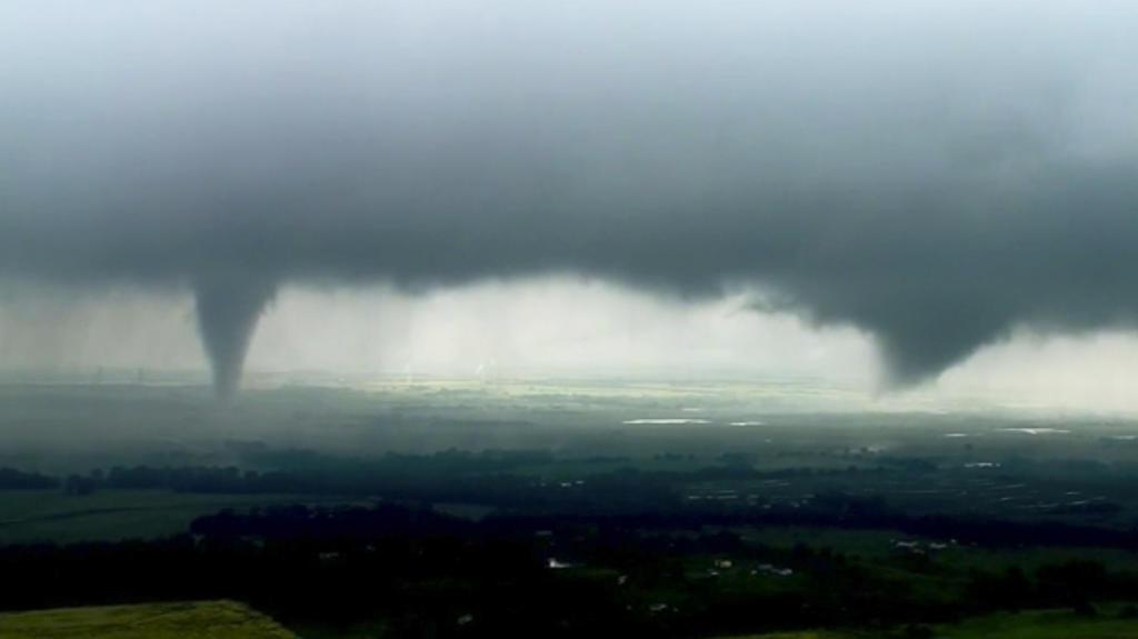 Dieses Videostandbild zeigt zwei Trichterwolken. Tornados brauchen Bodenkontakt.