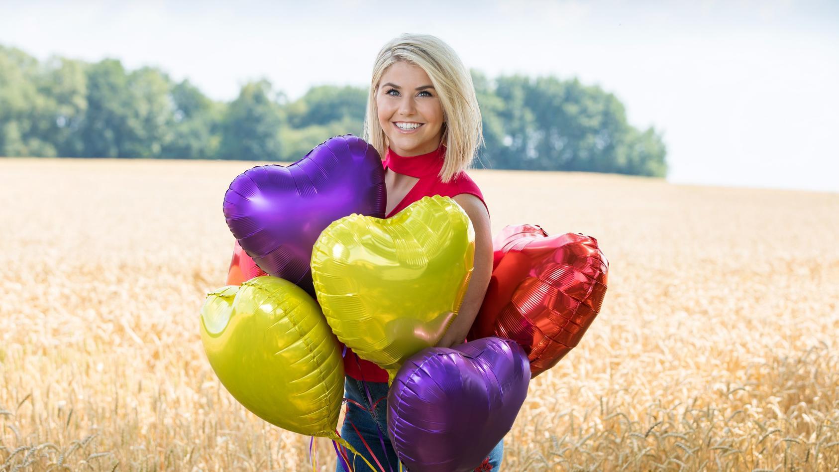 """Bei """"Schlager sucht Liebe""""  suchen Sänger und Sängerinnen die Liebe ihres Lebens. Moderiert wird die neue Sendung von DSDS-Gewinnerin und Schlager-Star Beatrice Egli."""