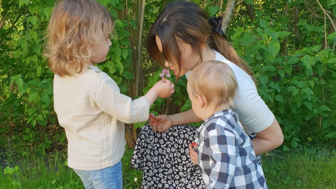 Ein Blümchen in Ehren ... Prinzessin Sofia von Schweden mit ihren Söhnen