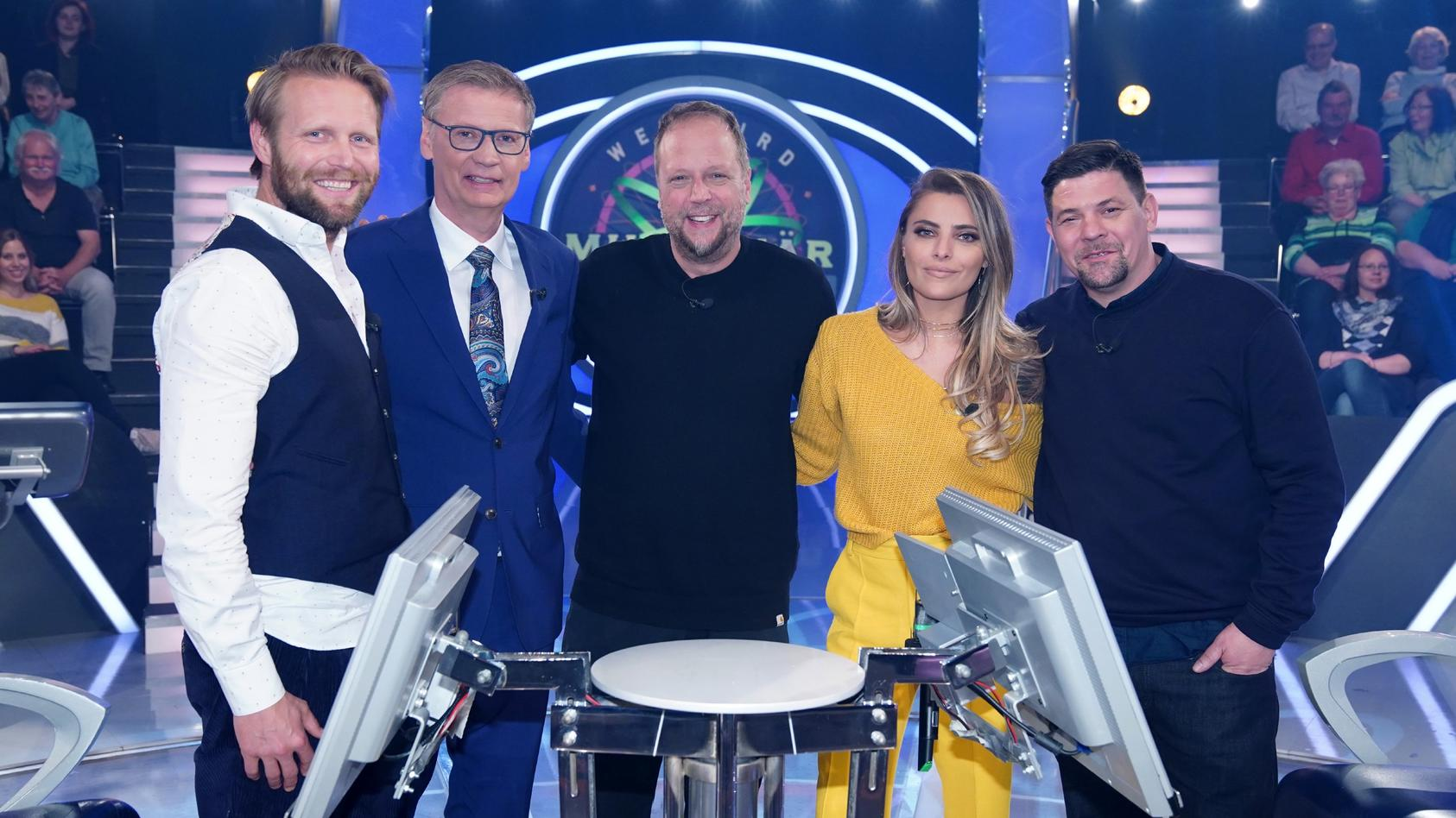 """""""Wer wird Millionär?""""-Moderator Günther Jauch (2.v.l.) mit seinen prominenten Gästen Julius Brink, Smudo, Sophia Thomalla und Tim Mälzer (v.l.n.r.)"""