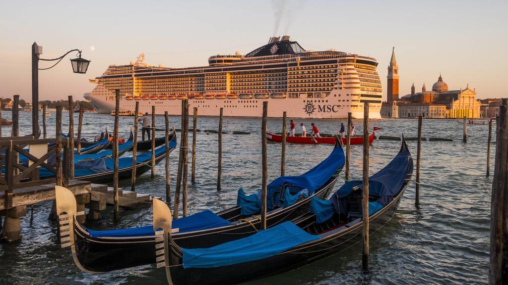 MSC Fantasia, Kreuzfahrtschiff in der Lagune von Venedig, Italien, Venetien, Venedig Copyright: xKTHx ALLIT847680