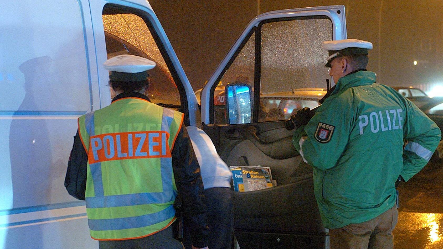 Als die Polizei in Hamburg einen Autofahrer routinemäßig anhalten will, gibt der Mann Gas und fährt auf einen Polizisten zu. (Symbolfoto)