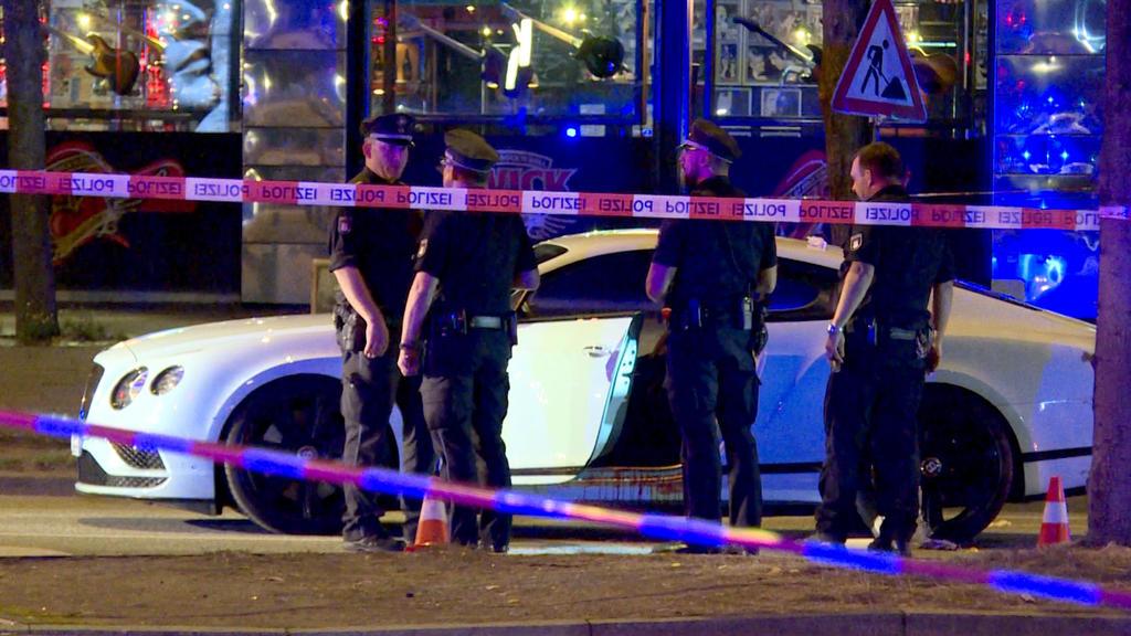 ARCHIV - 27.08.2018, Hamburg: Polizisten stehen neben einem Auto auf dem Millerntorplatz an der Reeperbahn, nachdem Schüsse gefallen waren. Am 03.06.2019 wird voraussichtlich das Urteil im Prozess um die Schüsse auf einen Rockerboss am Millerntor ver