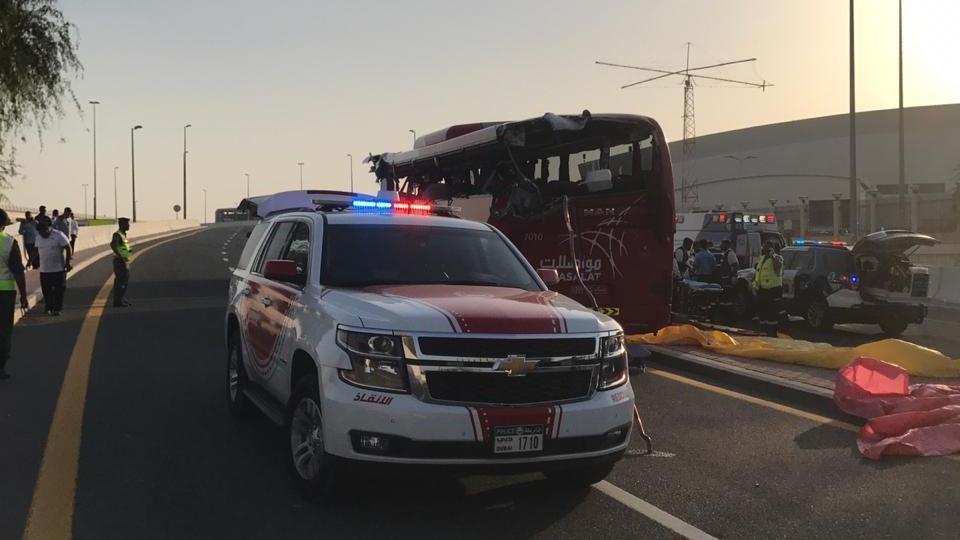 Der Bus wurde auf der linken Seite aufgeschlitzt.