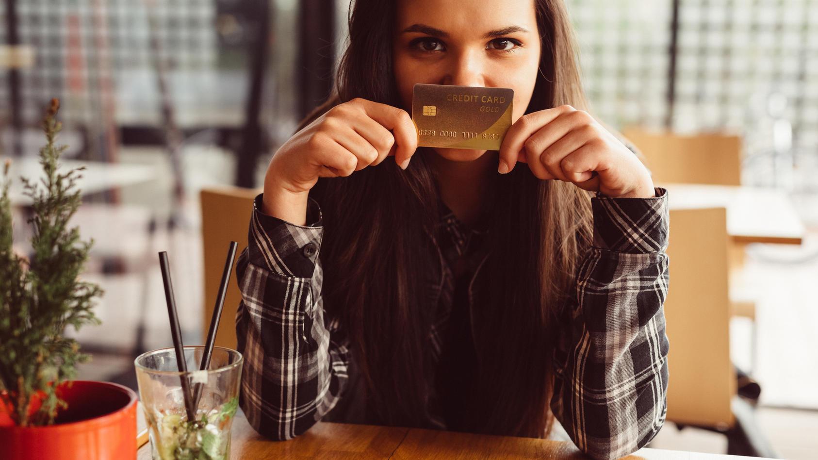 Pro Woche nehmen wir so viel Plastik zu uns, wie eine Kreditkarte wiegt.