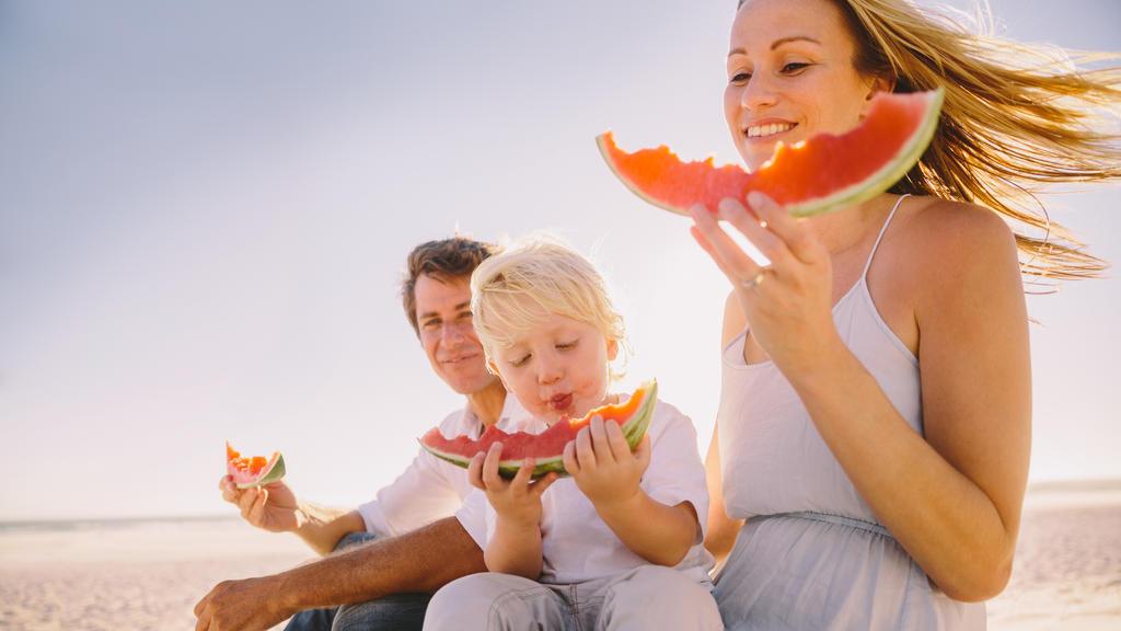 Familie isst Wassermelone.