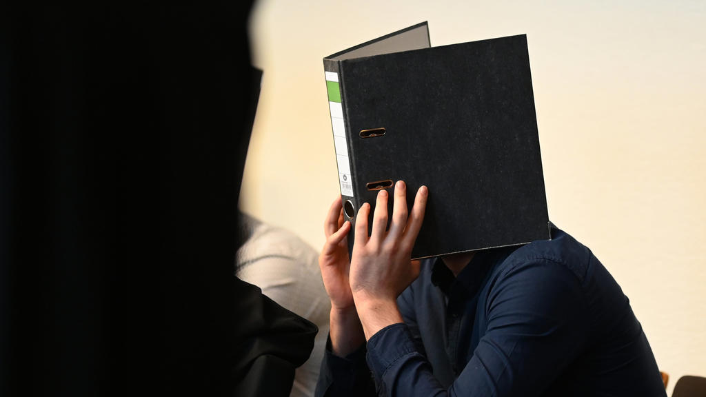 18.05.2019, Baden-Württemberg, Freiburg: Einer von elf Angeklagten sitzt vor dem Prozessbeginn im Gerichtssaal im Landgericht. Elf Männer sollen laut Anklage Mitte Oktober 2018 eine 18-Jährige nachts in einem Gebüsch vor einer Diskothek vergewaltigt