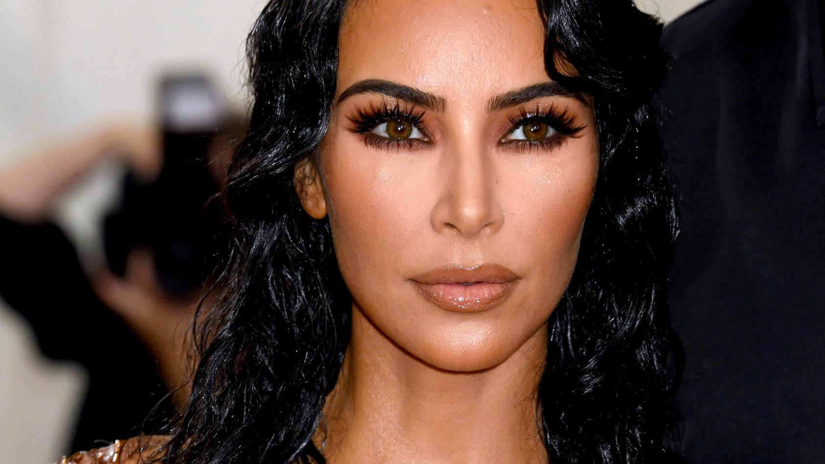 Kim Kardashian setzt sich und ihren Körper gerne sexy in Szene.