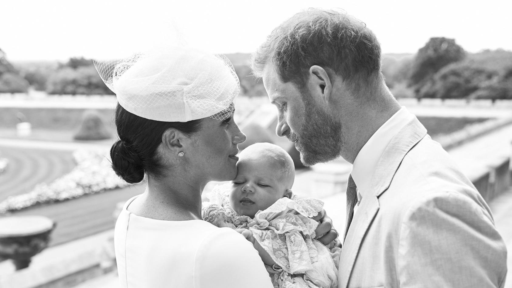 Baby Archie bei seiner Taufe mit Mama Meghan und Papa Prinz William.