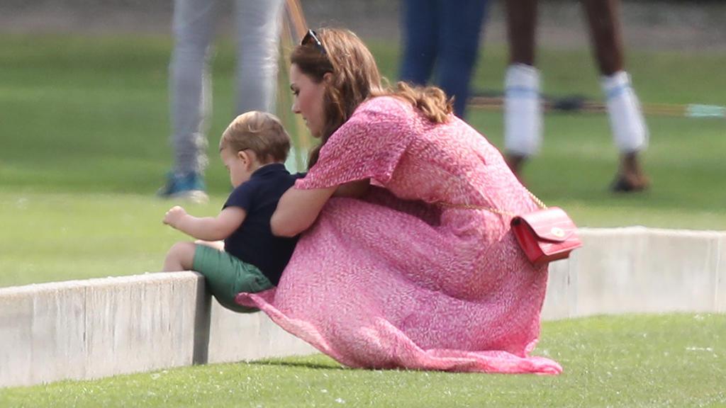Herzogin Kate mit dem kleinen Prinz Louis bei einem Charity-Polo-Turnier in Surrey.