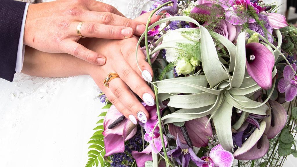 Sarafina Wollny und ihr verlobter Peter sagen Ja.