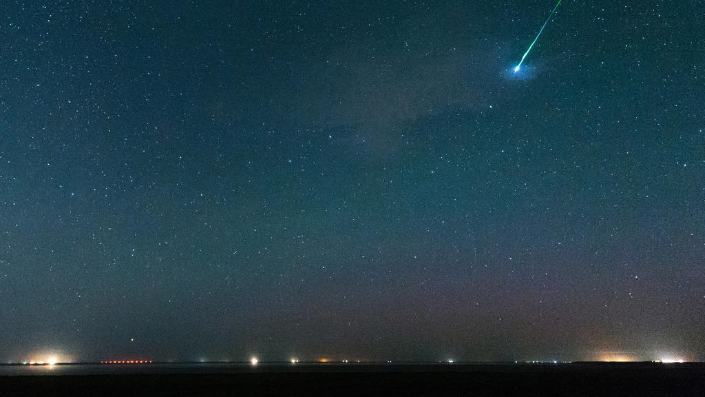 """ARCHIV - 12.08.2015, Pilsum: Der Sternenhimmel über Pilsum in Ostfriesland (Zu dpa """"Wissenschaftler suchen über 1000 Sterne ab - keine Aliens entdeckt"""") Foto: Matthias Balk/dpa +++ dpa-Bildfunk +++"""