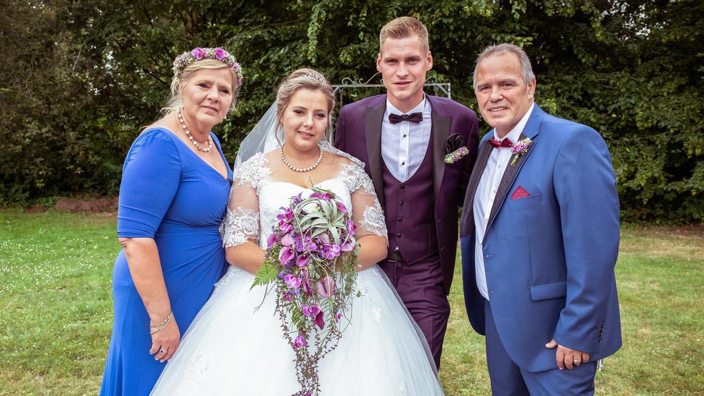 Das Familienfoto mit Silvia und Harald bei der Hochzeit von Sarafina und Peter