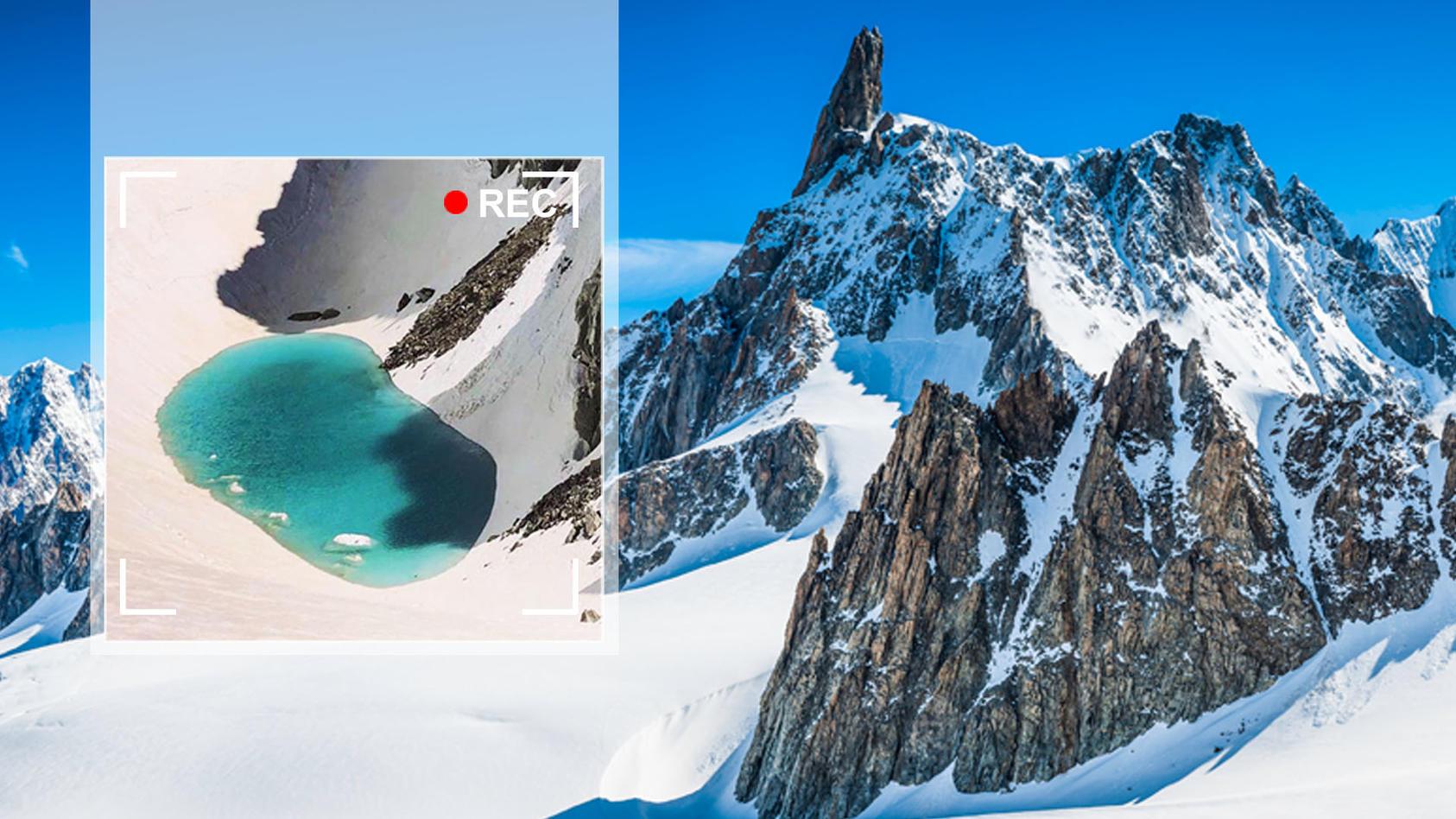 Am Mont-Blanc-Massiv hat sich ein kleiner See aus Gletscherwasser gebildet.