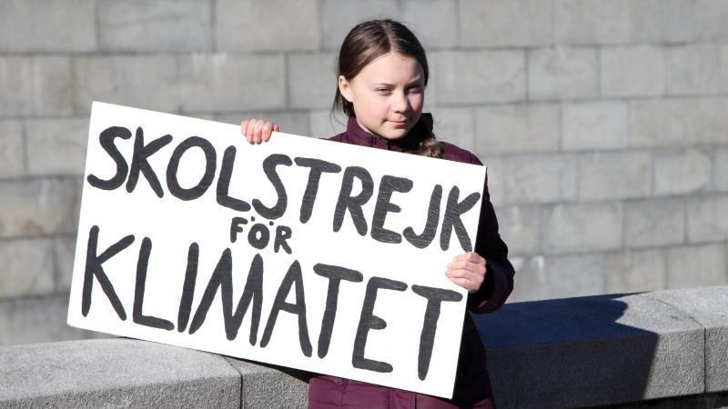 """So begann alles im August 2018: Greta Thunberg hält ihr Schild mit der Aufschrift """"Skolstrejk för klimatet"""" (Schulstreik fürs Klima)."""