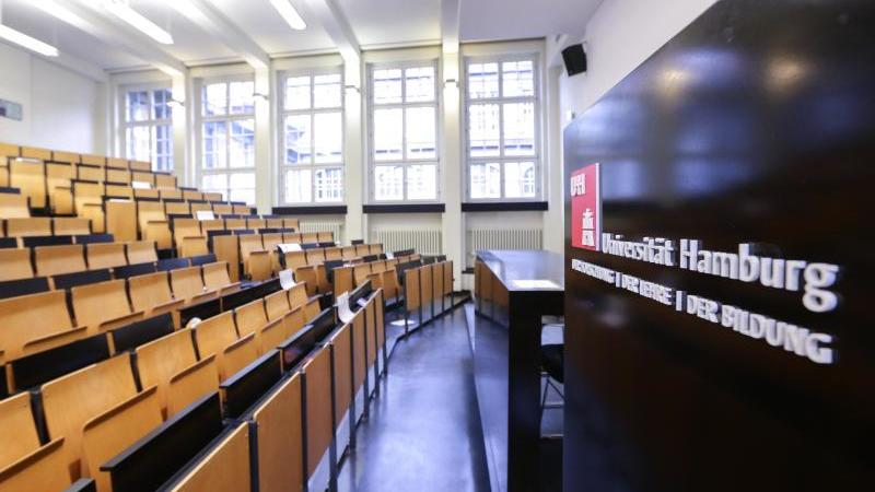 Blick in einen Hörsaal der Universität Hamburg. Foto: Ulrich Perrey/Archivbild