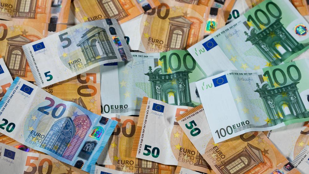 ARCHIV - 17.01.2019, Lützow: Zu sehen sind Euro-Geldscheine mit unterschiedlichen Werten. Wenn Gerichte und Staatsanwaltschaften Geldauflagen erheben, geht der Betrag meist an gemeinnützige Einrichtungen und Vereine. Rund 5,3 Millionen Euro sind im v