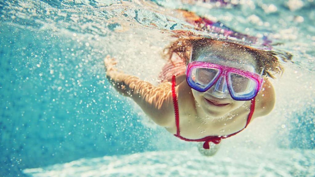 Mädchen hat Spaß im Schwimmbad