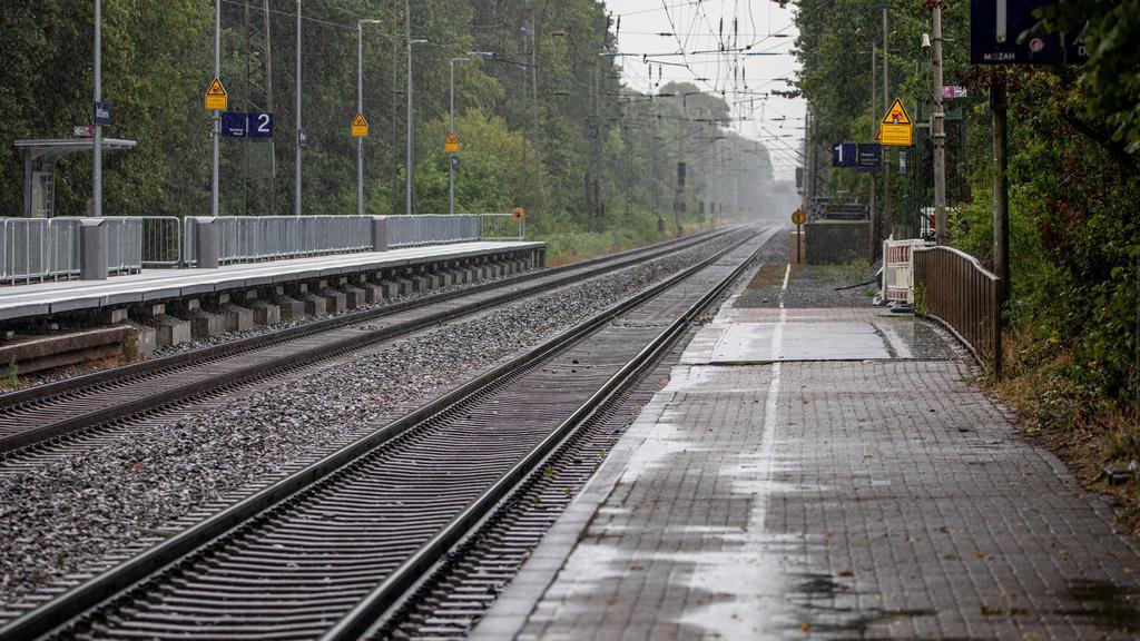 20.07.2019, Nordrhein-Westfalen, Voerde: Blick auf die Bahngleise am Bahnhof in Voerde. Ein 28-jähriger Mann hat nach Polizeiangaben am Bahnhof im niederrheinischen Voerde eine 34-jährige Frau vom Bahnsteig vor einen einfahrenden Zug gestoßen. Die Fr