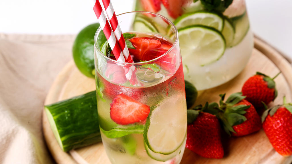 Wasser mit Erdbeere und Gurke