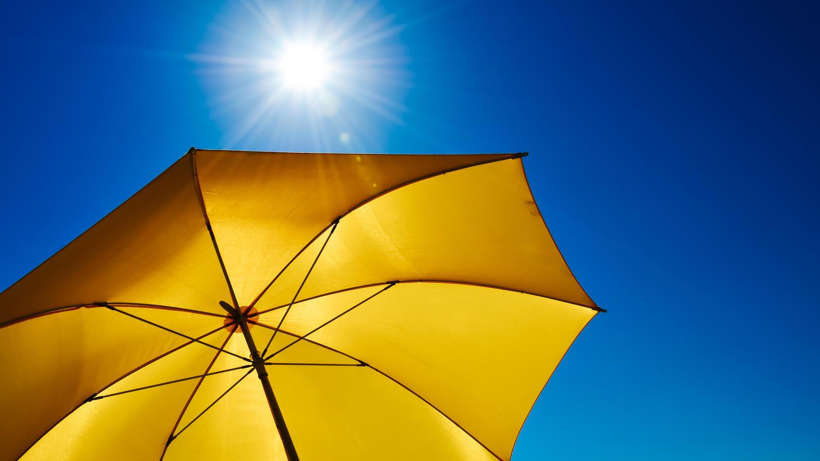 Es wird die Tage nicht nur verdammt heiß, sondern die UV-Belastung wird extrem hoch! Wir erklären, wie Sie sich am besten davor schützen,.