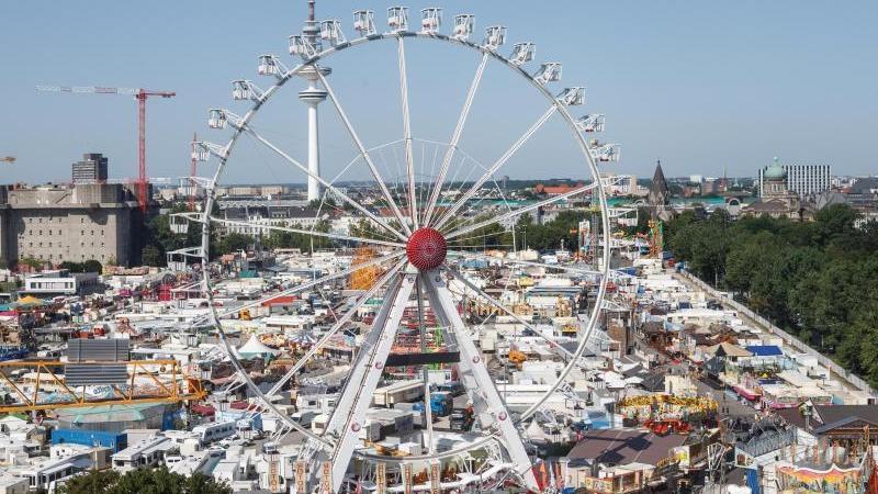 So voll wird es in diesem Jahr nicht werden. Wegen Corona haben ein Drittel weniger Schausteller einen Platz auf dem Hamburger Sommerdom bekommen.