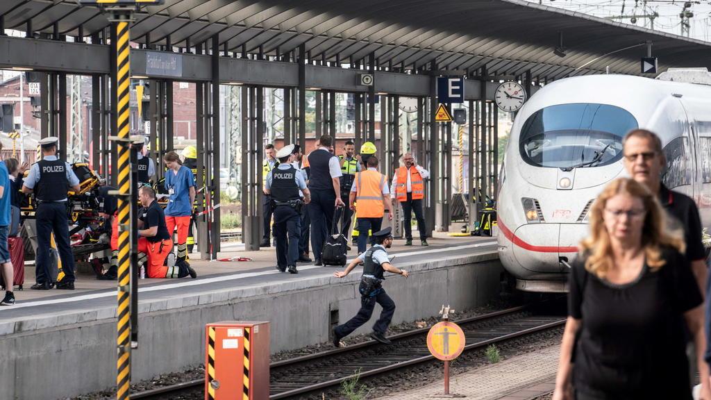 29.07.2019, Hessen, Frankfurt/Main: Ein ICE steht am Gleis 7 des Frankfurter Hauptbahnhofs, nachdem es bei der Einfahrt des Zuges zu einem Zwischenfall mit einem Kind kam. Das Kind sei nach ersten Erkenntnissen auf die Gleise geraten und offenbar vo