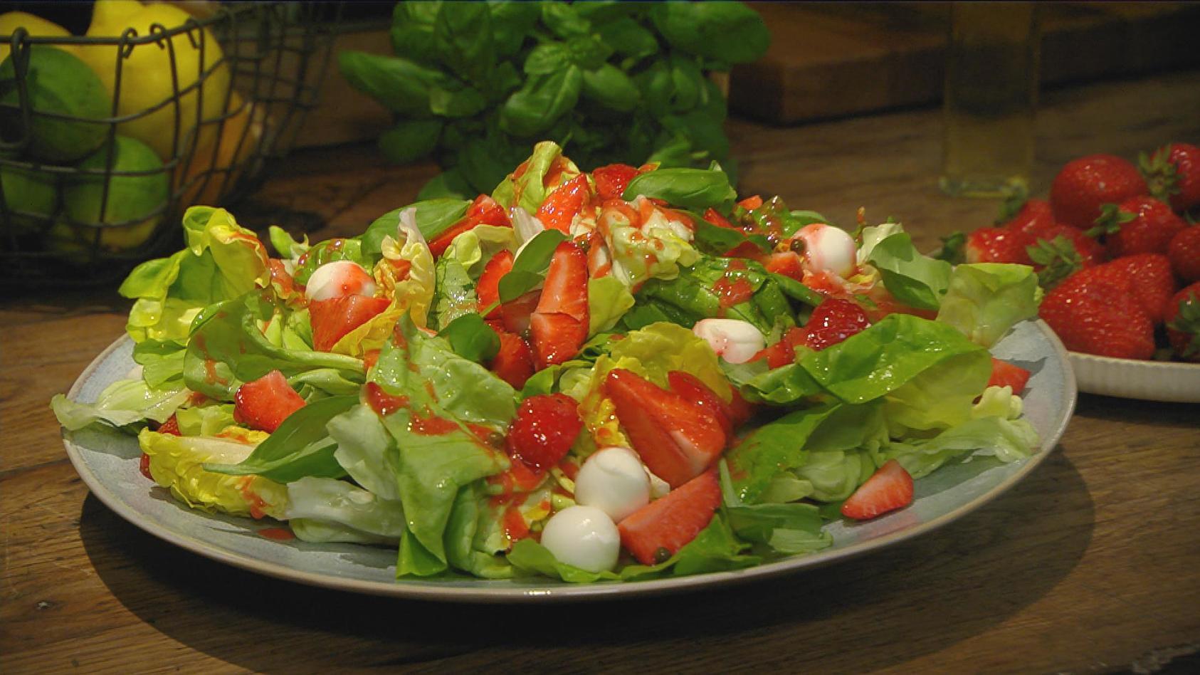 Erdbeertag – Gerichte mit der Königin der Früchte: Kopfsalat mit Mozzarella und Erdbeer-Vinaigrette