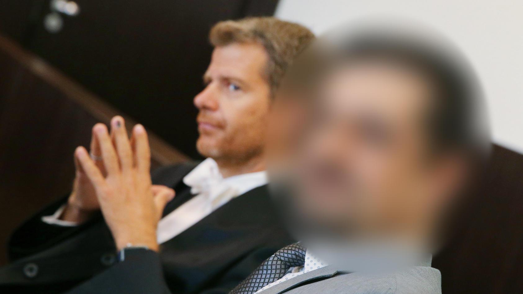 Der umstrittene Schönheits-Operateur (rechts) vor Gericht (Archivfoto, August 2019)