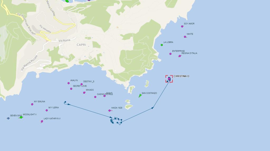 """Die """"Christina O."""" hat ihren Ankerplatz von gestern verlassen und ist vor der Ostküste Capris vor Anker gegangen."""