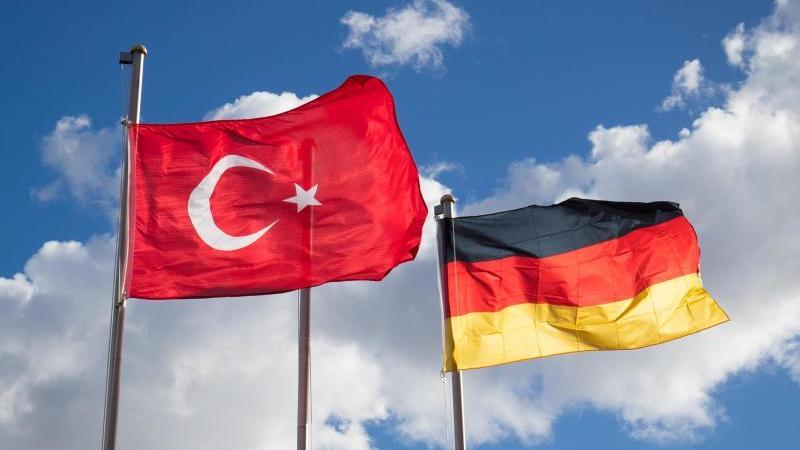 Flaggen von Deutschland und der Türkei. Der Deutsche Patrick K. aus Gießen ist in der Türkei zu mehreren Jahren Haft verurteilt worden. Foto: Christian Charisius/Symbol