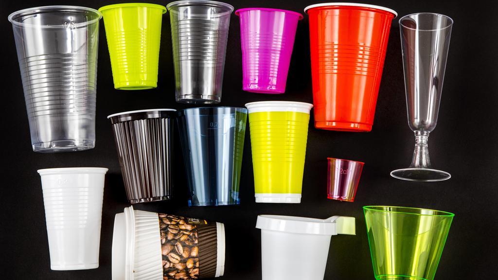 Plastikbecher, viele verschiedene Arten, Formen, Farben, Einwegbecher, Plastikmüll, *** Plastic cups many different types of shapes colors disposable cups plastic trash