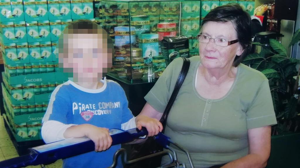Lisette W. und ihr Enkel.