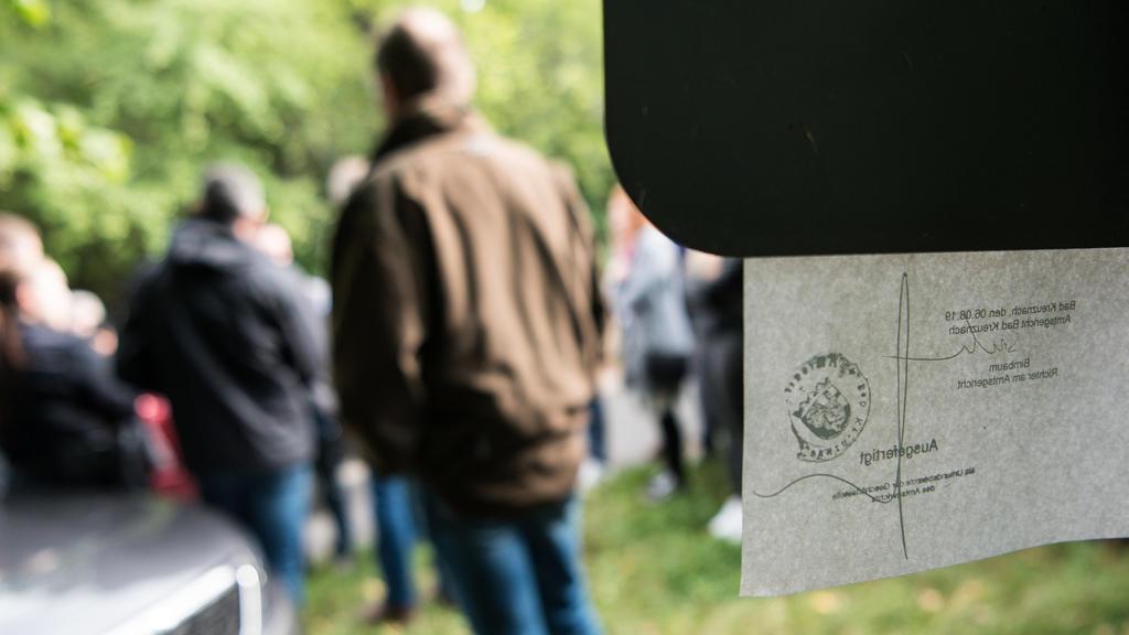 14.08.2019, Rheinland-Pfalz, Dalberg: Der Angeklagte steht mit dem Rücken zu einem Schild, an dem die sitzungspolizeiliche Verfügung angebracht ist. Ein Jäger will aus Versehen eine Frau im Garten erschossen haben. Das Gericht wirft dem Angeklagten f