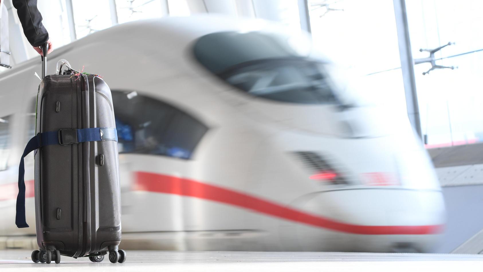 Auf einer Sitzgruppe am Frankfurter Flughafen vergnügte sich ein Pärchen miteinander.