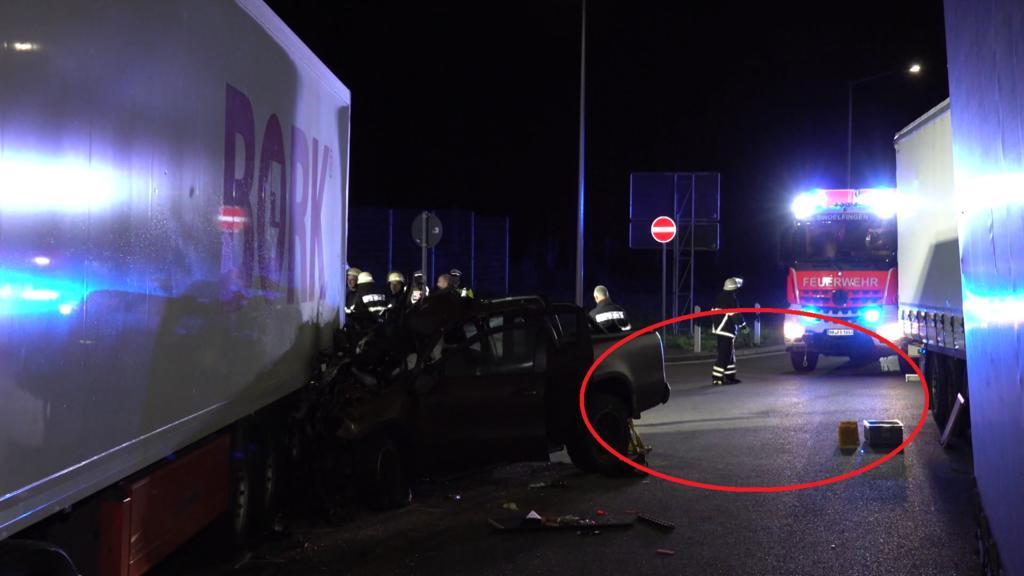 Links das Wrack von Ingo Kantoreks Mercedes. Am Unfallort sind keine Bremsspuren zu erkennen.