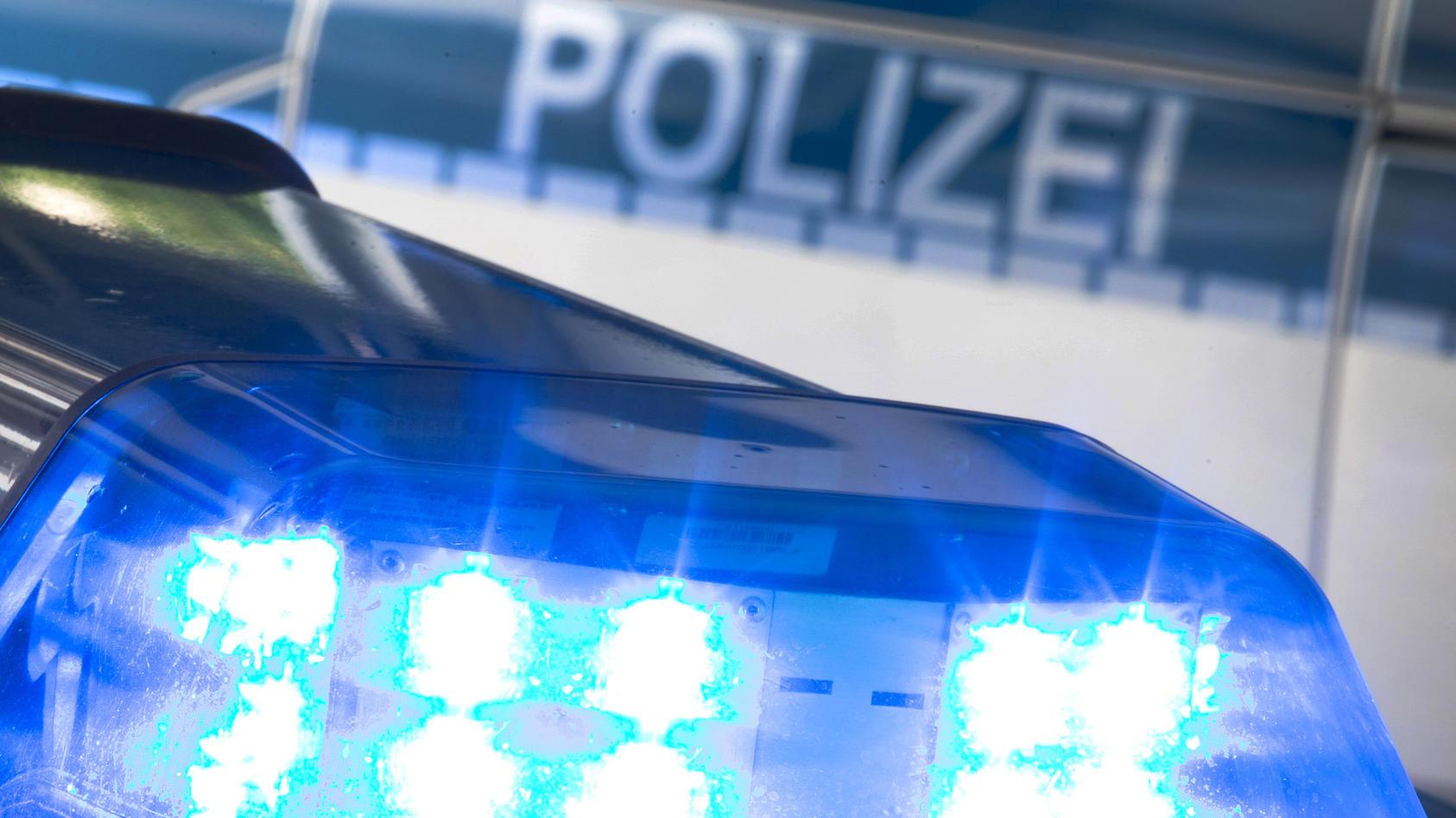 Ein 20-Jähriger ist in Freital (Landkreis Sächsische Schweiz-Osterzgebirge) mutmaßlich durch eine Schusswaffe verletzt worden.