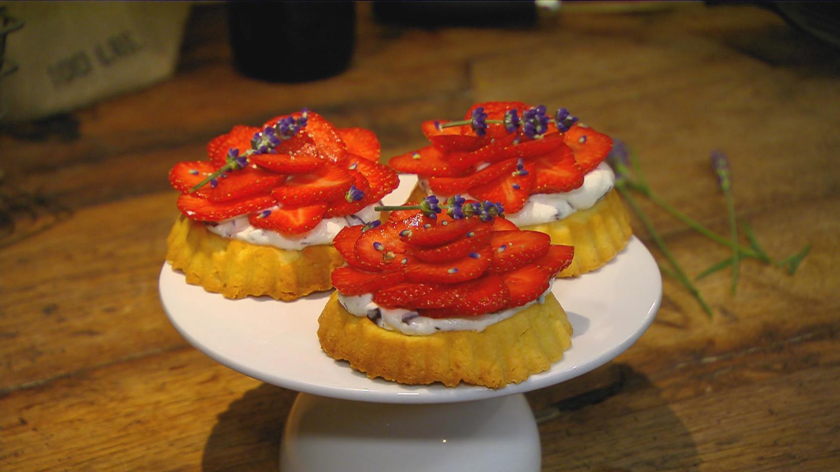 Überraschung! – Spontan kreative Gerichte zaubern:   Erdbeer-Schaumkuss-Törtchen