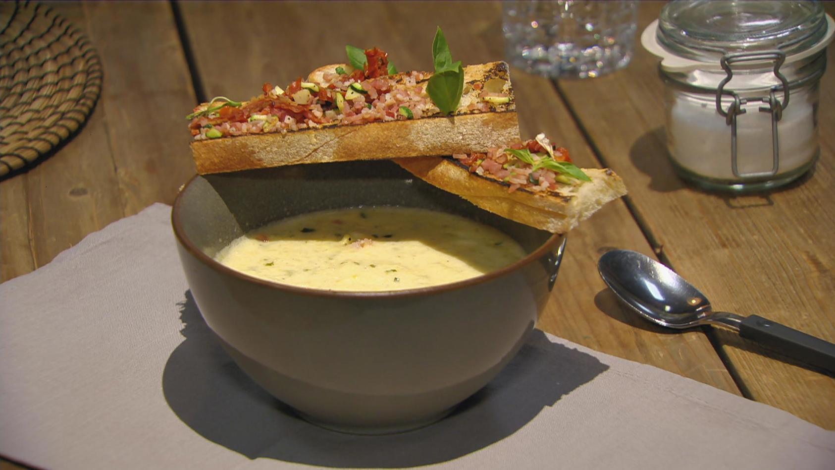Garniert und beigelegt – Gerichte mit Pfiff: Zucchini-Suppe mit Speck & getrockneten Tomaten