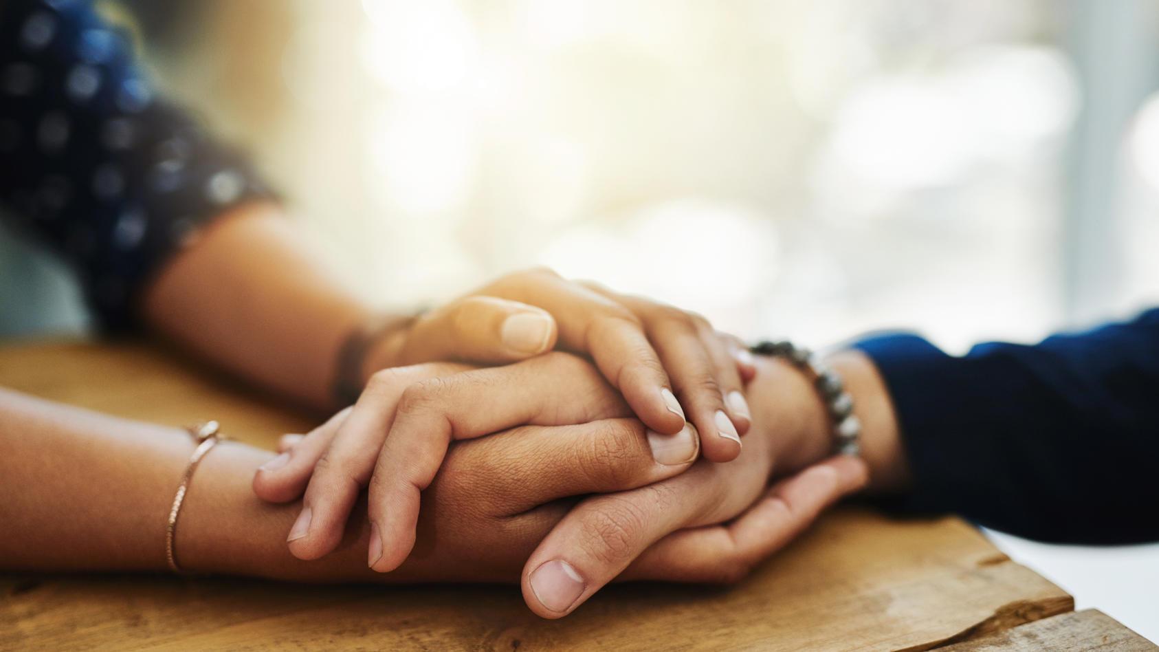 In der Trauerzeit sollte man nicht alleine sein. Auch wenn man sich erst einmal einigeln möchte, ist es wichtig zu wissen, dass man jederzeit mit jemandem sprechen kann.