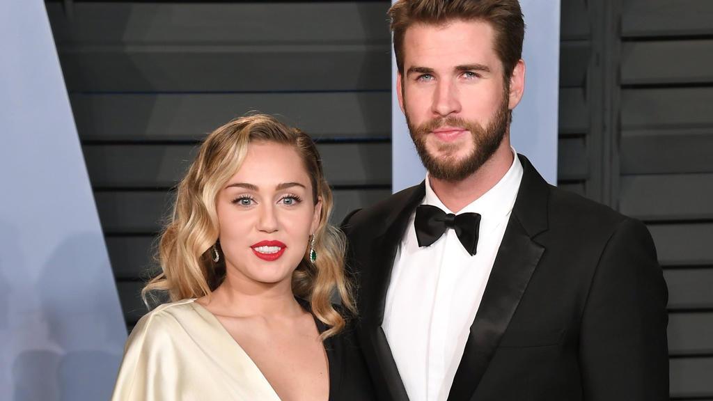 ARCHIV - 04.03.2018, USA, Los Angeles: Miley Cyrus und Liam Hemsworth kommen in Beverly Hills zur Vanity Fair Oscar Party. Vor gut zehn Tagen gaben Miley Cyrus und Liam Hemsworth ihre Trennung bekannt, nun folgt der nächste Schritt: Hemsworth habe di