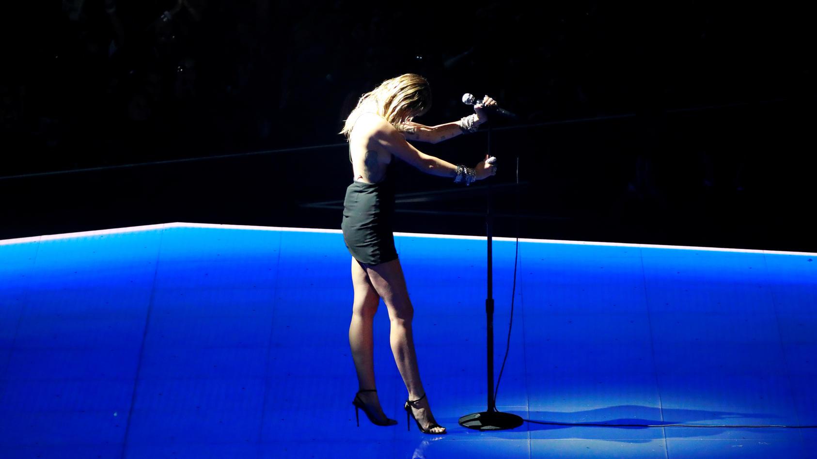 """Miley Cyrus sorgt bei den MTV VMAs für Aufsehen - sie performt dort ihren Trennungssong """"Slide away""""."""