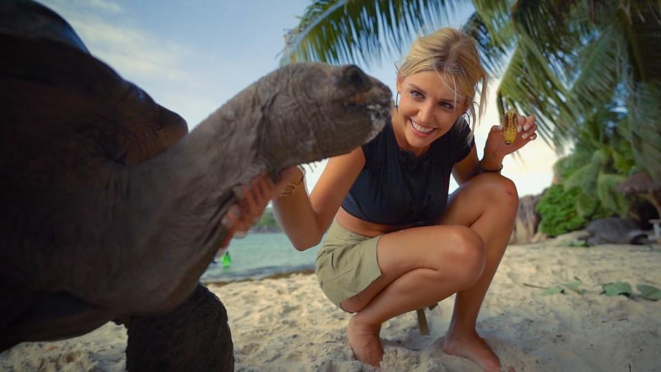 Bachelorette Gerda Lewis streichelt beim Dreamdate mit Tim den Hals einer Schildkröte.