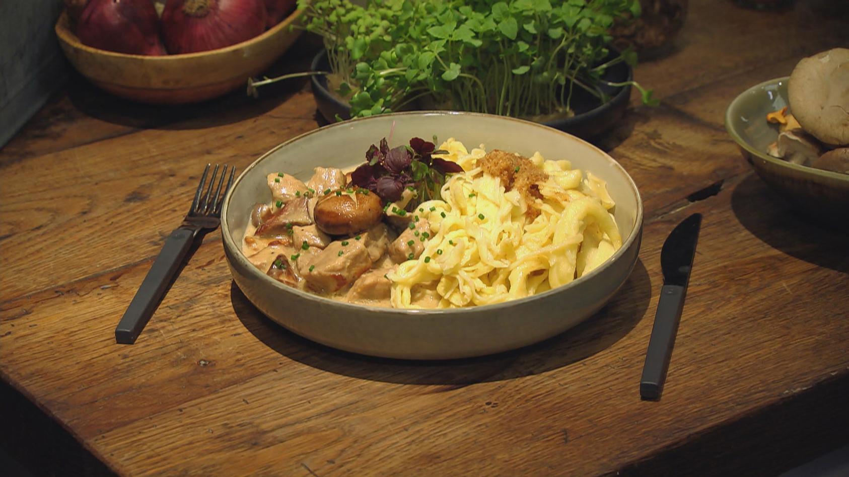 Pilzglück – Raffinierte Pilzspeisen: Jägergulasch mit Pilzvariationen und Spätzle