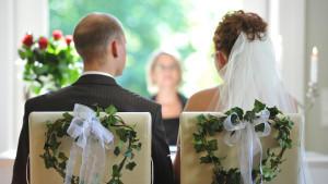 Braut in Weiß, ein romantisches Hotel und die Liebsten mit dabei. So stellen sich Krebs-Geborene, laut Hochzeitshoroskop, ihren schönsten Tag im Leben vor.