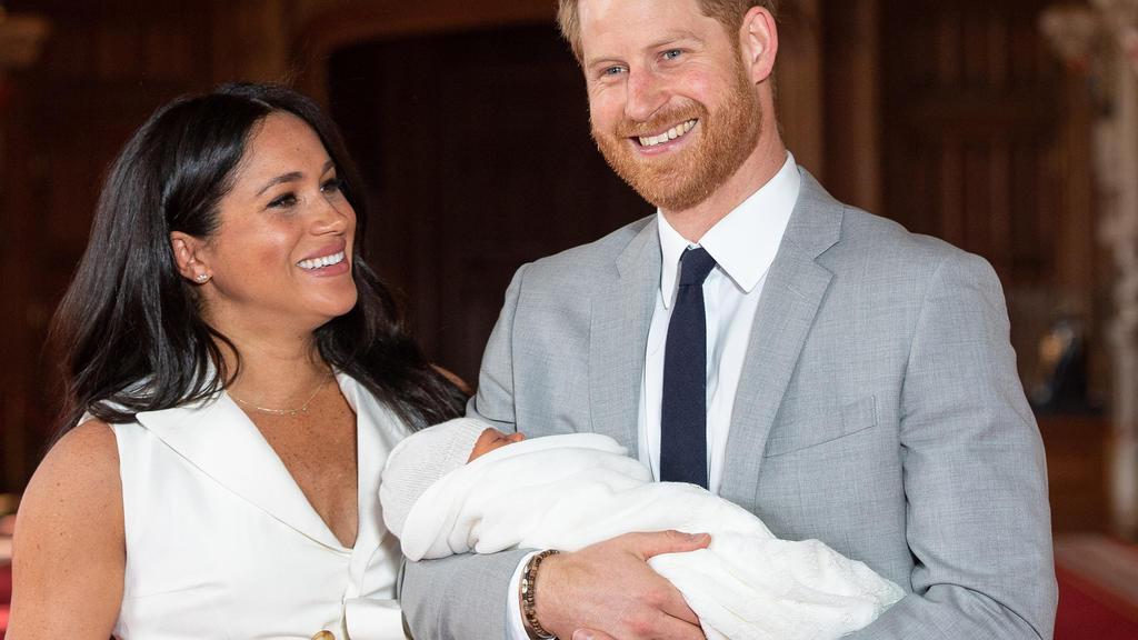 """ARCHIV - 08.05.2019, Großbritannien, Windsor: Prinz Harry von Großbritannien und Meghan, Herzogin von Sussex, kommen mit ihrem Sohn Archie Harrison Mountbatten-Windsor zu einem Fototermin in der St. George's Hall im Windsor Castle. (zu dpa """"Prinz Har"""