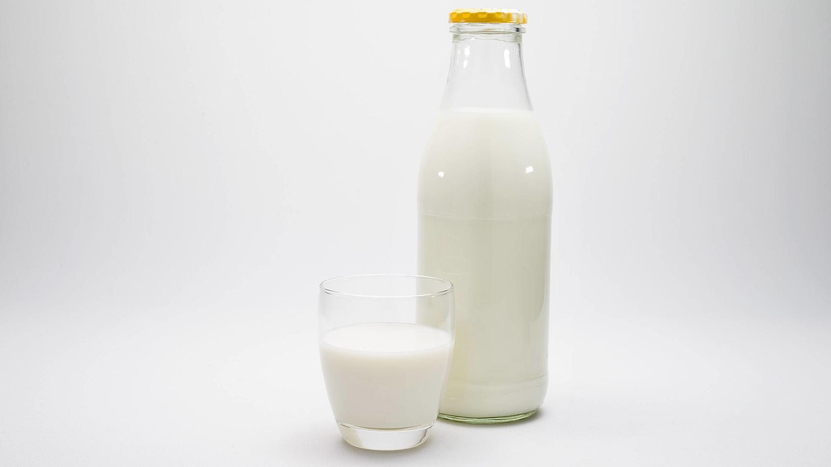 07 11 2017 Milch und Milchprodukte im Detail ein Glas voller frischer Milch steht neben einer Milc